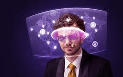 Jeune homme regardant la carte du réseau sociale futuriste Images libres de droits