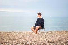 Jeune homme regardant la gauche Photographie stock libre de droits