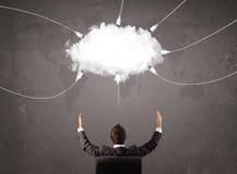 Jeune homme regardant le service du monde de transfert de nuage photographie stock