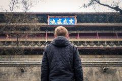 Jeune homme regardant se sentir chinois de symboles de Xi'an Belltower Photo libre de droits