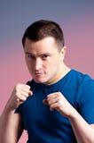 Jeune homme restant dans une boxe Photo stock