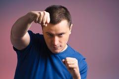 Jeune homme restant dans une boxe Photographie stock libre de droits