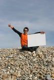 Jeune homme retenant la carte blanche Image libre de droits