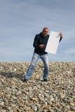 Jeune homme retenant la carte blanche Images libres de droits