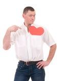 Jeune homme retenant le coeur rouge photo stock