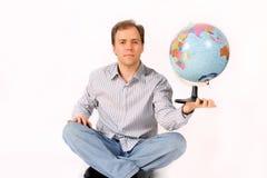 Jeune homme retenant un globe Image stock