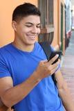 Jeune homme riant du téléphone portable photographie stock