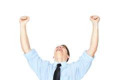 Jeune homme riant jugeant une carte de crédit d'isolement sur le blanc Photo stock