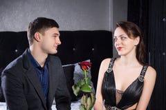 Jeune homme romantique donnant à son amoureux une rose photo stock