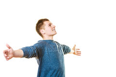 Jeune homme réussi d'homme heureux avec des bras augmentés Photographie stock libre de droits