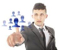 Jeune homme sélectionnant les amis virtuels bleus d'isolement Photo stock
