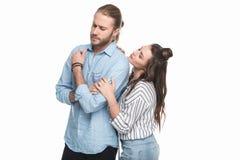 Jeune homme sérieux émouvant de jeune femme se tenant et regardant loin Photos stock