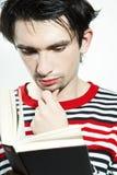 Jeune homme sérieux affichant un livre Image libre de droits