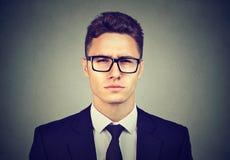 Jeune homme sérieux d'affaires en verres photos libres de droits