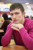 Jeune homme sérieux en café Image libre de droits