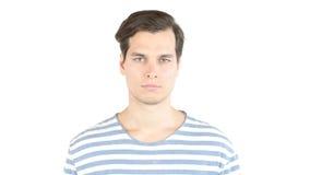 Jeune homme sérieux regardant l'appareil-photo, studio Photographie stock