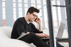 Jeune homme sûr d'affaires travaillant au bureau images stock