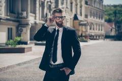 Jeune homme sûr viril barbu rouge dans le costume luxueux Images libres de droits