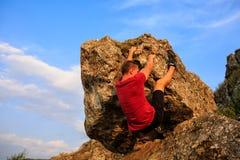 Jeune homme s'élevant sur un mur images libres de droits