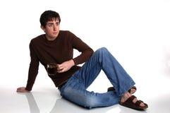 Jeune homme s'asseyant avec du café Image libre de droits