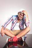 Jeune homme s'asseyant avec ses jambes croisées Images libres de droits