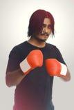 Jeune homme sûr de forme physique portant les gants de boxe rouges photo libre de droits