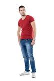 Jeune homme sûr macho avec des mains dans la poche regardant au-dessus de l'épaule Photos stock