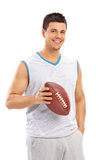 Jeune homme sûr tenant un football Photographie stock libre de droits