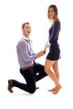 Jeune homme se mettant à genoux devant son amie Photographie stock libre de droits