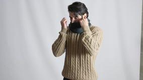 Jeune homme se sentant écharpe très froide et portante clips vidéos