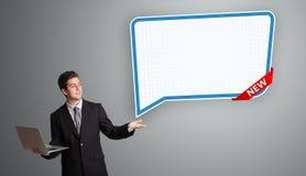 Jeune homme se tenant à côté de l'espace de copie de bulle de la parole et de h modernes Photo stock
