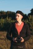 Jeune homme se tenant avec l'émetteur de rc extérieur Photos stock