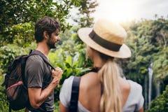Jeune homme se tenant avec son amie dans la forêt Photo stock