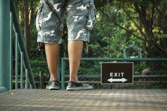 Jeune homme se tenant sur le passage couvert Photo libre de droits