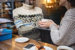 Jeune homme sensuel et femme buvant la boisson chaude dans le cafétéria Photos libres de droits