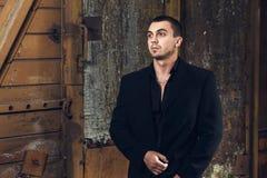 Jeune homme sexuel brutal dans la suite noire Photo libre de droits