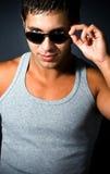 Jeune homme sexy beau avec des lunettes de soleil Photo stock
