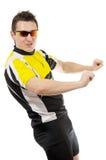 Jeune homme sexy dans des lunettes de soleil s'usantes de T-shirt photographie stock libre de droits