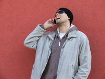 Jeune homme sexy sur parler rouge de téléphone de fond photographie stock libre de droits