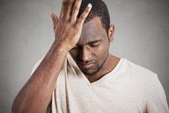 Jeune homme sombre déprimé, soumis à une contrainte, seul, déçu triste Images stock