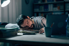 Jeune homme somnolent au bureau photo stock
