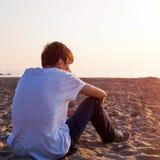 Jeune homme songeur photographie stock libre de droits