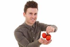 Jeune homme souriant avec des tomates image libre de droits