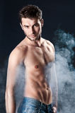 Jeune homme sportif au-dessus de fumée Images stock