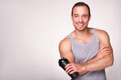 Jeune homme sportif avec le dispositif trembleur de sport Photo libre de droits
