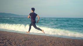 Jeune homme sportif courant ? la plage Concept de sant? clips vidéos