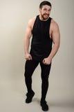 Jeune homme sportif disposé sûr dans les vêtements de sport regardant l'appareil-photo Plein portrait de longueur du corps au-des Image libre de droits