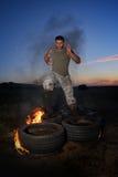 Jeune homme sportif s'exerçant sur le champ poussiéreux Images stock