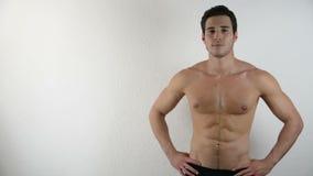 Jeune homme sportif sans chemise beau sur le blanc banque de vidéos