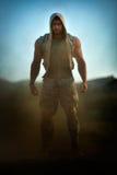Jeune homme sportif sur le champ poussiéreux Photos stock